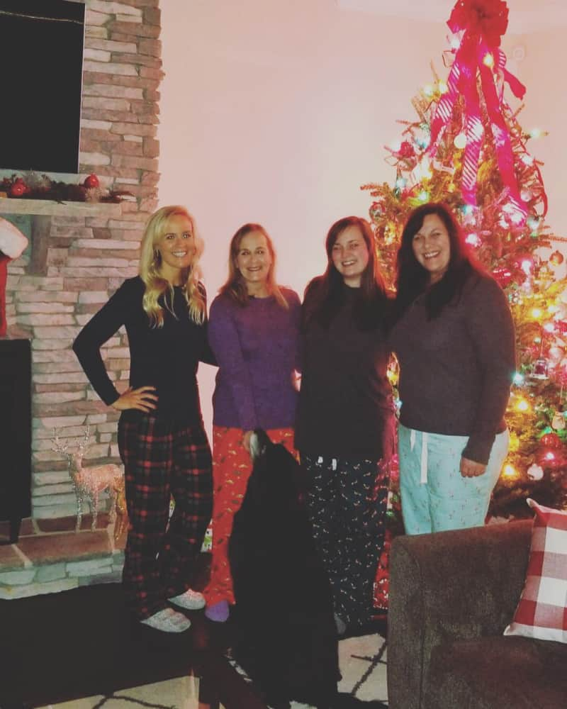 Lindsey, her mom, her sisters, and Bentley by the tree